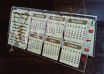 Calendário de mesa com porta cartão